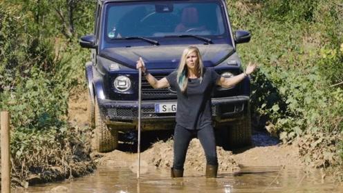 遇到一个大水坑,女司机一脚油门下去,才知道奔驰G贵在哪里了