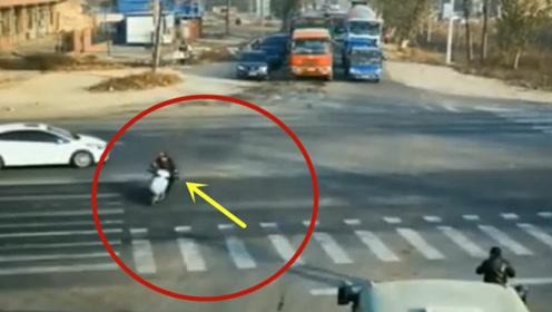 任性横穿马路闯红灯,不要的电动车!当场悲剧了