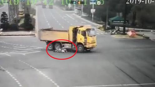 女子骑车闯红灯逆行被货车拖行30多米 被判全责反要求司机赔偿