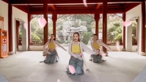 小姐姐们在景区内齐舞《芒种》,舞姿优雅,百看不厌!
