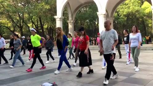 最近超流行的散步舞,每天走几步就能减肥,懒人不要错过哟!