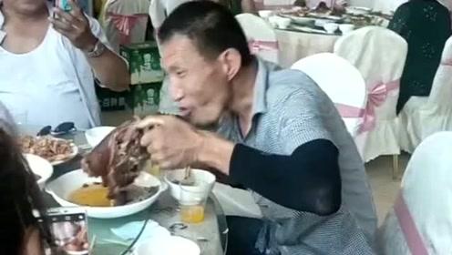 看这才是饿的呢,为了坐席好几天没吃饭了,真的太有出息了!