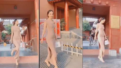 裸色的修身长裙,恬静优雅,尽显东方女子大方的高贵气质!