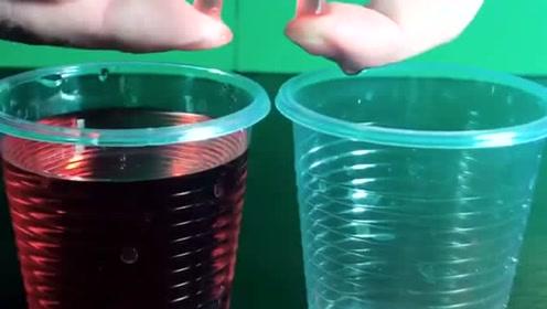 用一根吸管,就可以把杯子里的水抽到另一个杯子里,什么原理?