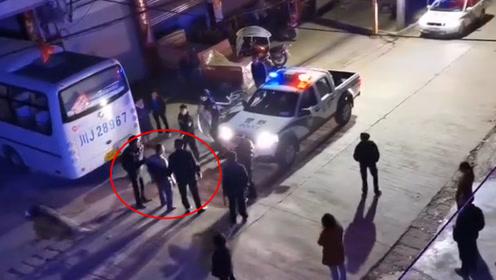 """男子酒后提菜刀""""大闹""""KTV 民警在其家中搜出气枪"""