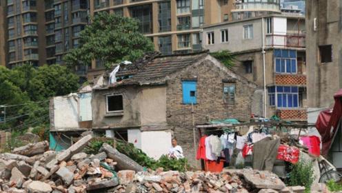 上海最贪钉子户,扬言要6套房,强行挡道14年,赔了夫人又折兵!