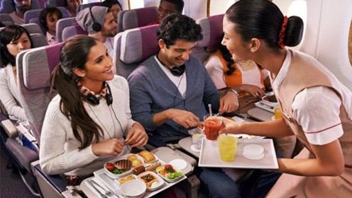 为何坐飞机时,空姐会不断给乘客送吃的?有什么猫腻?