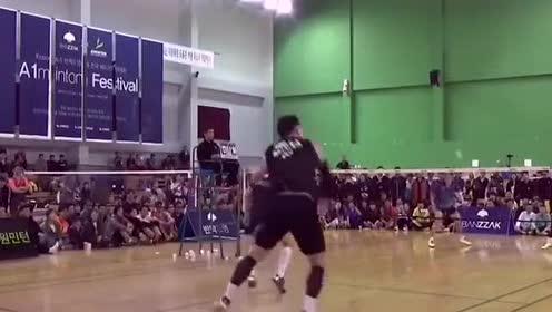 现场羽毛球比赛打成了搞笑比赛,这个选手太逗了!