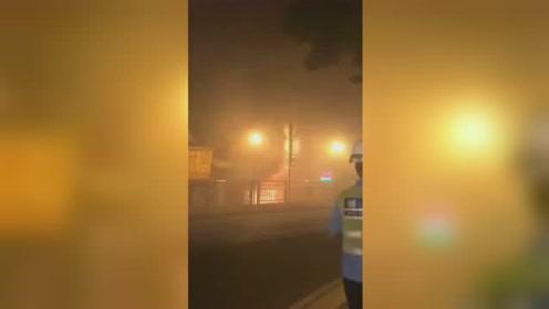 佛山一电器铺起火爆炸 消防员冲进火场抱出2个煤气罐