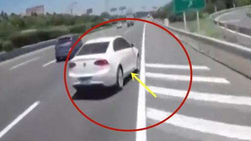 """女司机错过路口,直接""""逼停""""货车!当场悲剧了"""