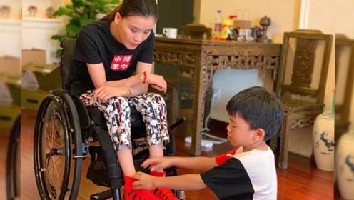 桑兰一家外出旅游,小腿肌肉竟与5岁儿子差不多,鞋码曝光令人意外
