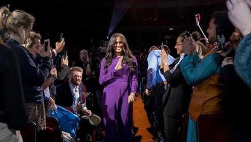 """梅根王妃一袭紫裙美得闪耀,曾穿""""红配紫""""效仿戴安娜却输得彻底"""