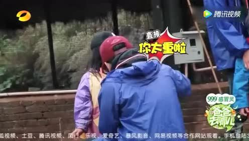 王诗龄:爸爸 我想坐在天鹅上面飞!王岳伦却说道:你太重了