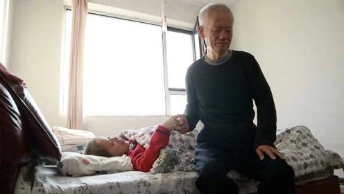 74岁盲大爷照顾瘫痪妻子10年:她是我的眼,我是她的手和脚