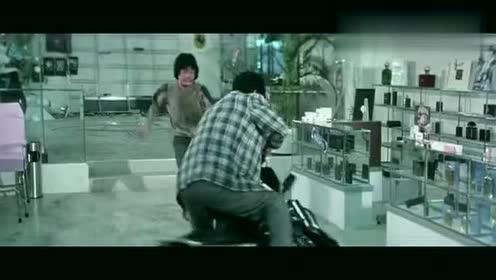 不知道这家伙怎么想的,想骑摩托来撞,结局自己反被撞