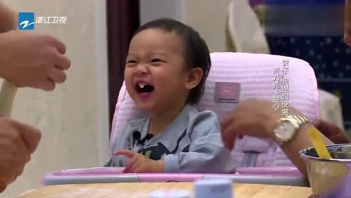 母亲认真教贾乃亮包饺子,甜馨竟然偷面,简直太逗了!