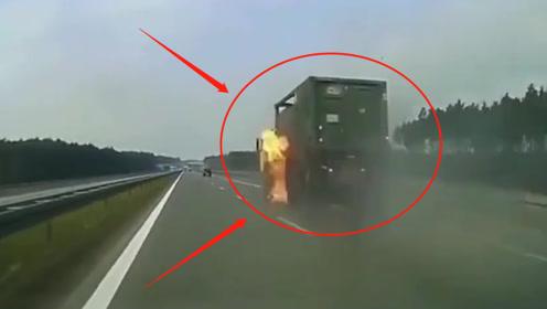 震惊!高速上大货车突然起火,司机把车停在路边,网友:淡定哥!