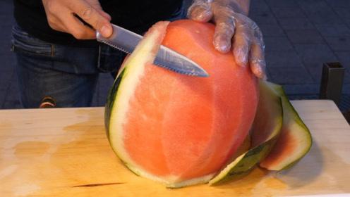 """韩国街头""""水果忍者"""",老板的水果切割技巧太牛了,又学到一招!"""