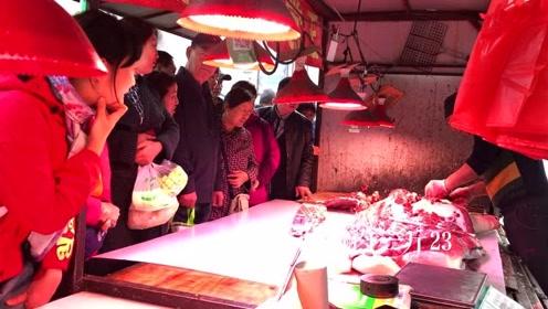 实拍哈尔滨早市:卖猪肉的摊位好多人,听听多钱一斤