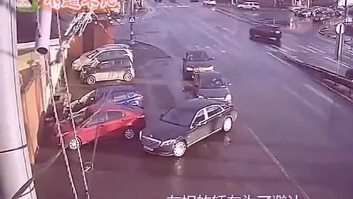 """黑色小车躲过了""""马路杀手"""",还是没躲过追尾,连追3辆车"""