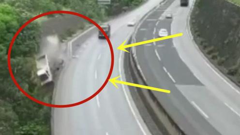 这高速怎么这样设计?小车直接冲了下去,大货车拼死保命!