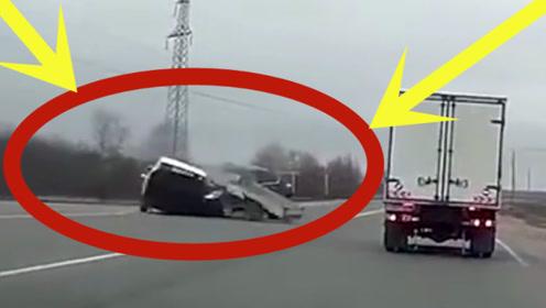 皮卡车瞬间被轿车拦腰斩截,监控放慢20倍才看清过程