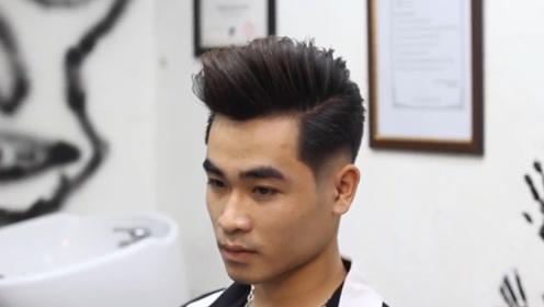 男生脸型比较长,适合剪一款蓬松的露额发型,两边剃短更帅气