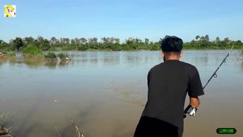 男子提钓来到河边抛下钓竿撒点鱼饵,瞬间就引来肥鱼咬钓