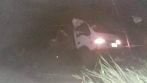 菲律宾一辆载人卡车坠入深谷 已致19死22伤