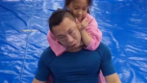 8岁女儿摔跤将爸爸放倒求饶,长大后绝对是高手惹不起