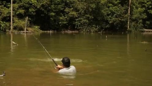野钓罕见的超级大鱼,人都被拖入水中央,简直是拿命在搏斗