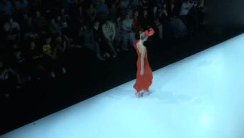 这衣服配合模特走姿完美展现了上下身曲线