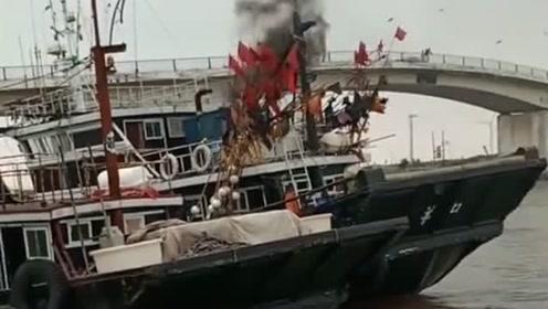 渔船靠岸的瞬间,也是需要侧方停车的,这技术要是开汽车厉害了!