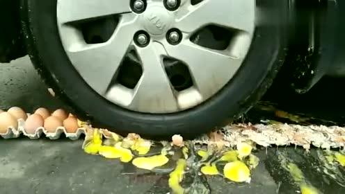 在车轮前面放一排鸡蛋,车子启动后,接下来一幕真是辣眼睛!