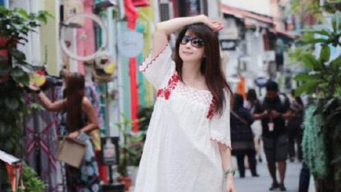 孟庭苇50岁却不显老,穿清新白裙嫩如20岁姑娘,飘逸直发很减龄