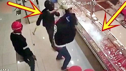 国外男子抢劫金店,没想到会碰上国产玻璃,下一秒你们别笑!