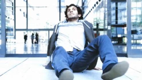 一部末日灾难型电影,男子出门就摔倒在地,原来室外已经不能生存