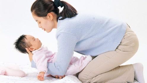 这2个哄睡方式很常见,但可能影响宝宝颈部发育,宝妈要注意避免
