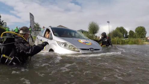 为什么汽车一旦落水,人很难逃出来?看外国小哥是怎么做的