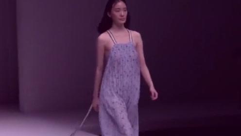 美女模特穿的这是睡衣吗?轻飘飘的摸起来很舒服!