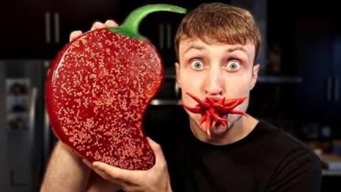 世界最大的辣椒果冻,小伙作死挑战,一口下去整个人都不好了!