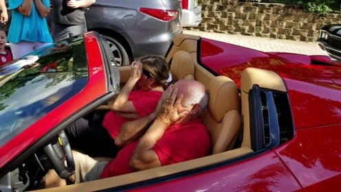 老司机要上线了,老外送给父亲一辆豪车,摘下眼罩泣不成声