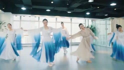 久违的一曲《白素贞》,姐姐们的动人舞姿真的看不够!