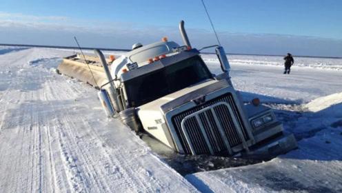 67吨的货车行驶在冰面上!下一秒陷进湖水里,看司机怎么解决