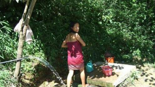 外国美女想在花园洗澡,做了个沐浴器,网友:我有个大胆的想法
