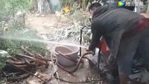农民买了一台柴油抽水机,一天能抽几十吨水,太厉害了