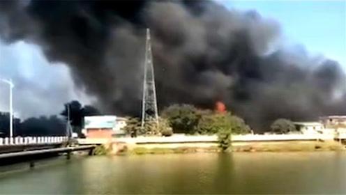 汕头一海绵厂起火 滚滚黑烟中夹杂着明火