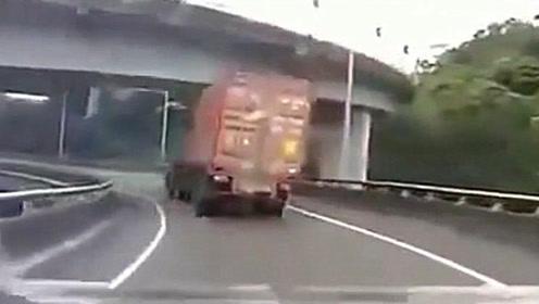 女司机眼睁睁看着这辆大货车在眼前消失却无能为力,太吓人了!