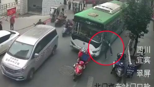 男子因不满被按喇叭催促刺伤公交司机 持刀行凶现场曝光