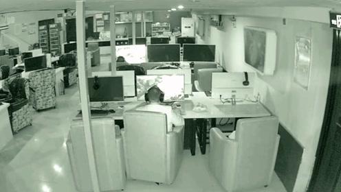 """监拍:安徽一""""变态男""""网吧卫生间偷拍女性如厕被抓现行 已被抓获"""